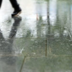濡れたスニーカーや靴を早く乾かす方法【室内編】